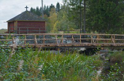 Bron vid dammen i Röukas träsk, ett annat talkobygge i Komossa. (Foto: Kjell Engström)