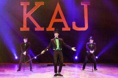 Kevin Holmström (längst fram) är Komossas gåva till humorgruppen KAJ. Tillsammans med Axel (till vänster) och Jakob (till höger) förgyller han tillvaron för folk i såväl byagårdar som på stora teaterscenen. (Foto: Wasa Teater)