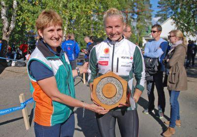 Maritta Nurmi återbördade Konungens Ring till den regerande mästarinnan Marika Teini på FM-tävlingarna i Jyväskylä den 7 september. (Foto: Ella Nurmi)