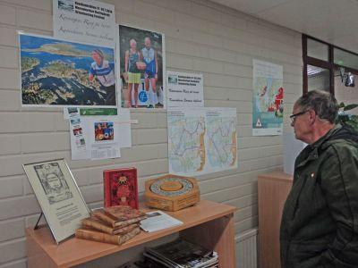 Alf Rosbäck från Molpe studerar Ribäckenkartorna med topparnas vägval på väggen i Malax-Korsnäs hälsovårdscentral. (Foto: Anders Vestergård)