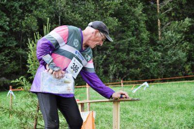 Rolf Söderlund stämplar vid sista kontrollen på FSOM 2013. I sommar kan han göra H70-premiär i sin barndoms skogar. (Foto: Niklas Enlund)